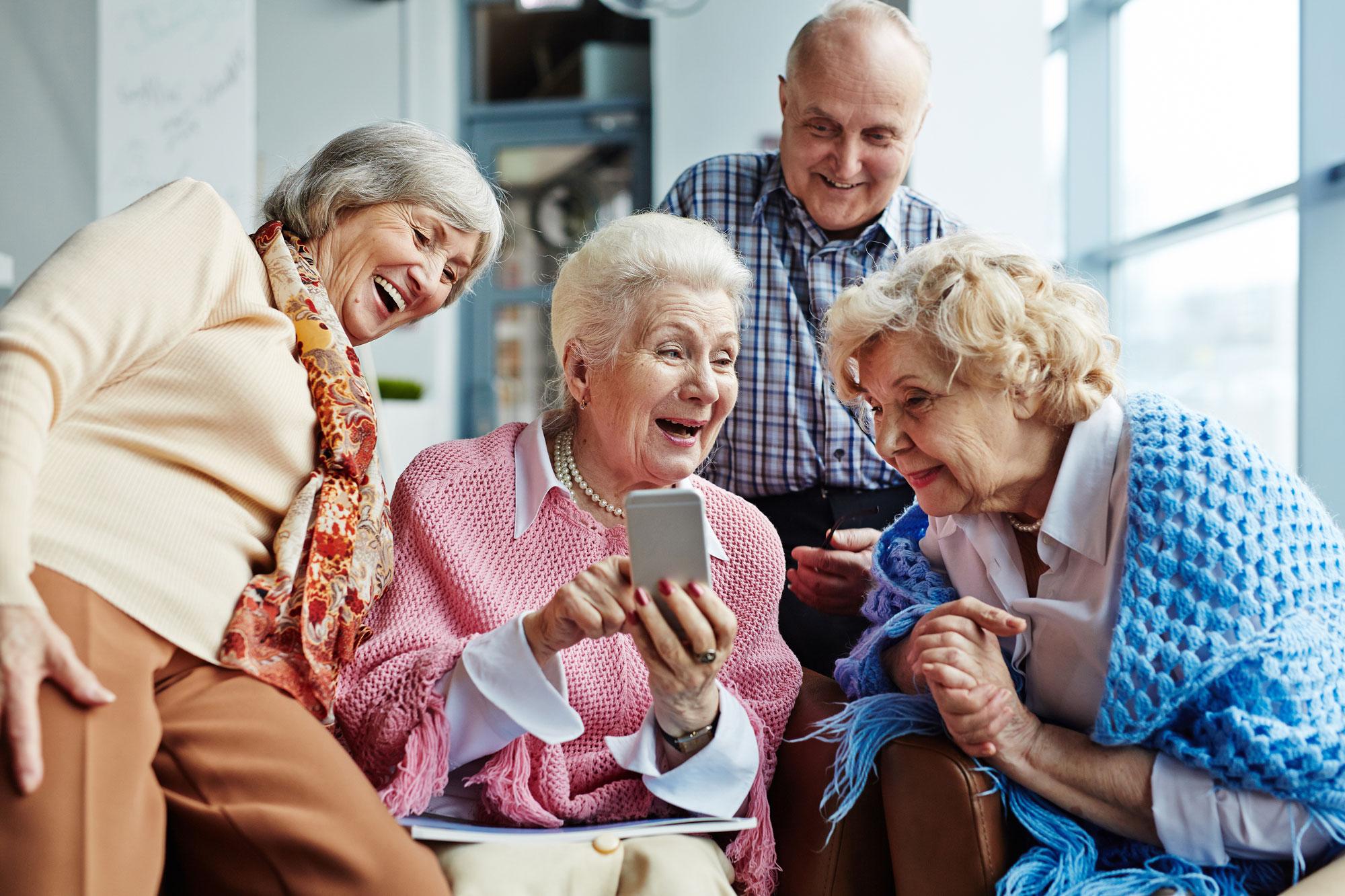 Gruppe von Senioren mit Smartphone