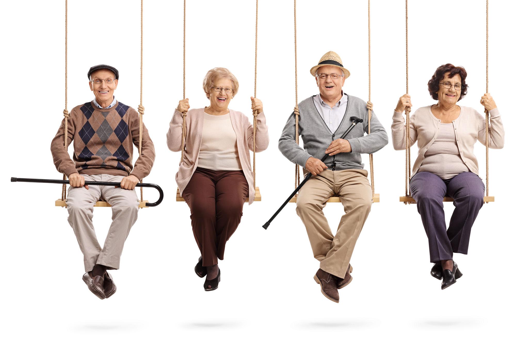 Unbeschwerte Senioren auf der Schaukel