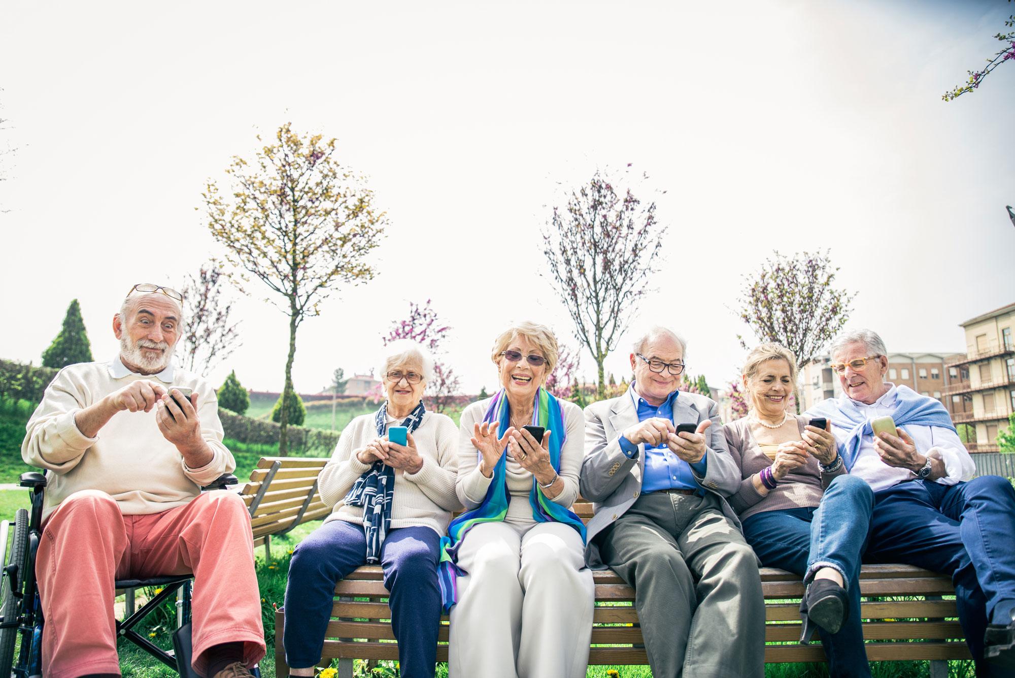 Unbeschwerte Senioren mit Smartphones
